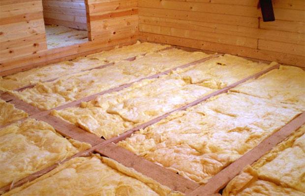Утеплитель следует как можно плотнее укложить на деревянном основании, а оставшиеся небольшие зазоры заделать монтажной пеной