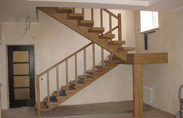 Самые распространенные лестницы в двухэтажных домах - двухмаршевые