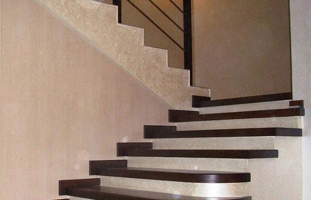 Для лестниц с большим количеством ступенек нужно обустраивать промежуточные площадки