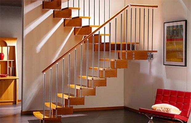 Лестницу следует оборудовать ограждением, особенно, если в доме есть дети