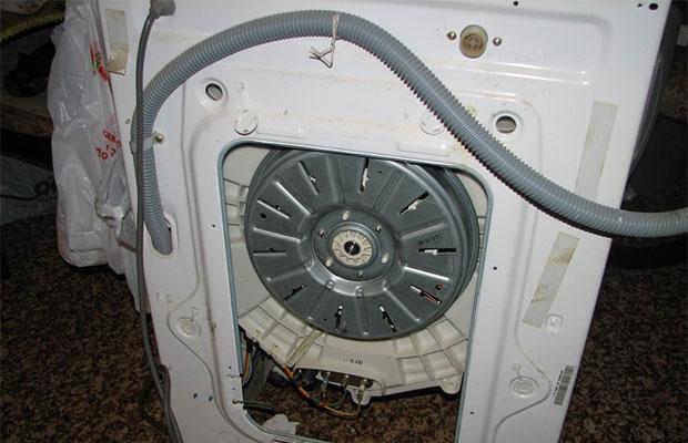 Подключение к водопроводу осуществляется с помощью гибкого шланга