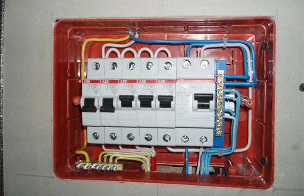 Чтобы понять, какой мощности автомат вам нужен, следует вычислить сумму токов линий, предназначенных для питания