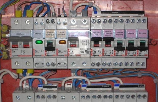 Автомат ввода предназначен для отключения проводки при неисправности, а также на случай ремонта или модернизации