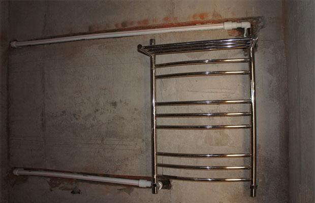 Лучше всего использовать водяной полотенцесушитель, подключенный к горячей воде, а не к отоплению