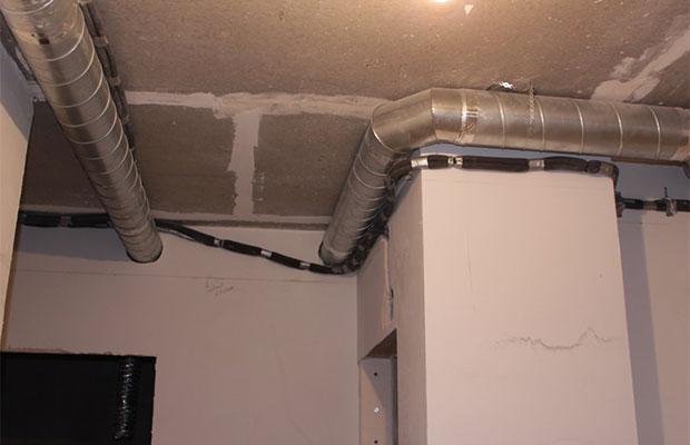 Установку вентсистемы следует проводить до финальной отделки дома, чтобы потом скрыть всетрубы
