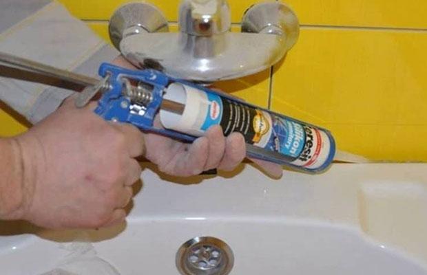 Один из самых популярных силиконовых герметиков для ванной - Ceresit CS 25