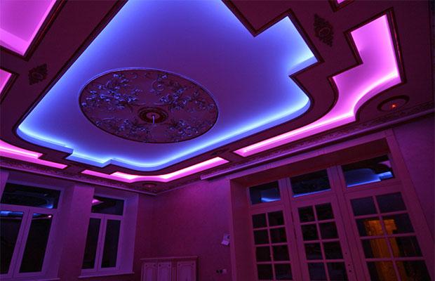 Использование разных светодиодных лент позволяет разделить пространство на зоны