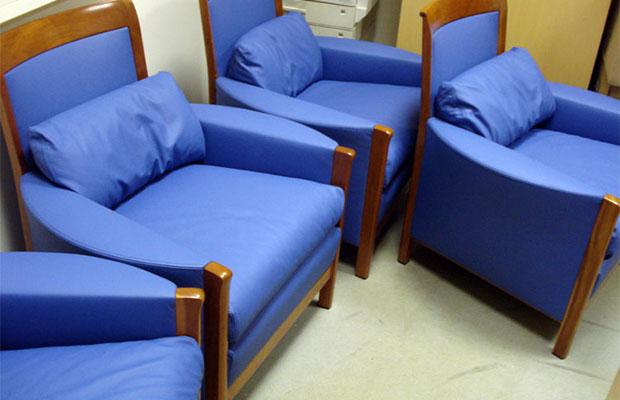 При отсутствии опыта в перетяжке мебели лучше выбирать однотонные ткани для обивки