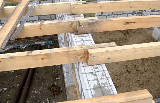 Деревянные балки, опирающиеся на несущие стены, являются основоймежэтажного перекрытия