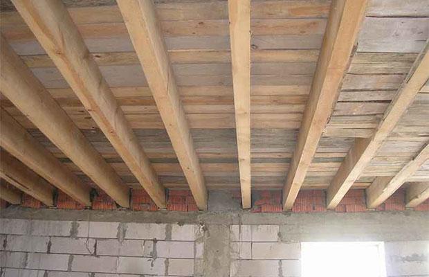 Во время постройки стен формируются специальные ниши, в которые потом заводятся балки перекрытия