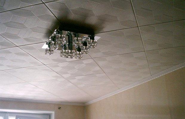Один из способов укладки потолочной плитки - диагональный