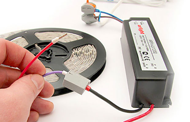 Светодиодная лента небольшой длины подключается напрямую к блоку питания или контроллеру, а потом запитывается от сети 220