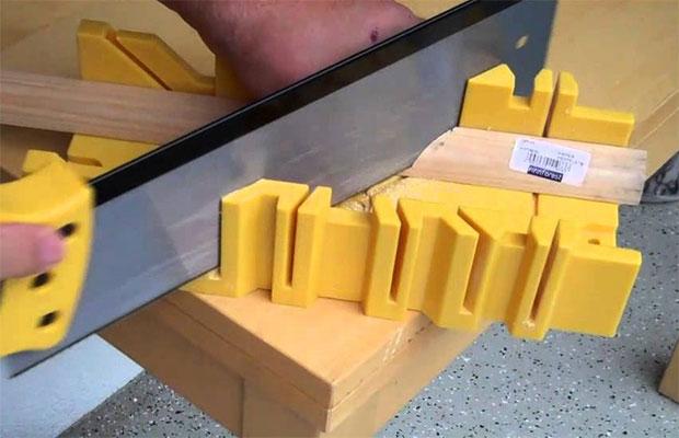 Простое стусло предназначено для обработки гипсокартона, дереваи пластика в домашних условиях