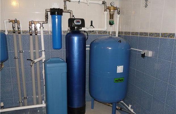 В вертикальных гидроаккумуляторах воздух из мембраны удаляется через предохранительный клапан
