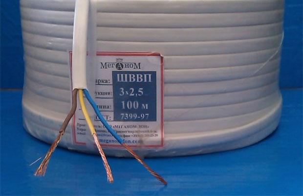 Кабель с маркировкой ШВВП имеет плоское сечение и используется для подсоединения бытовой техники и удлинителей