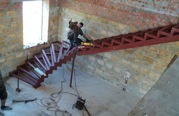 Прямые металлические лестницы – новая классика привычных конструкций