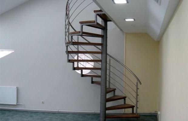 Винтовая металлическая лестница – отличный вариант для небольших помещений