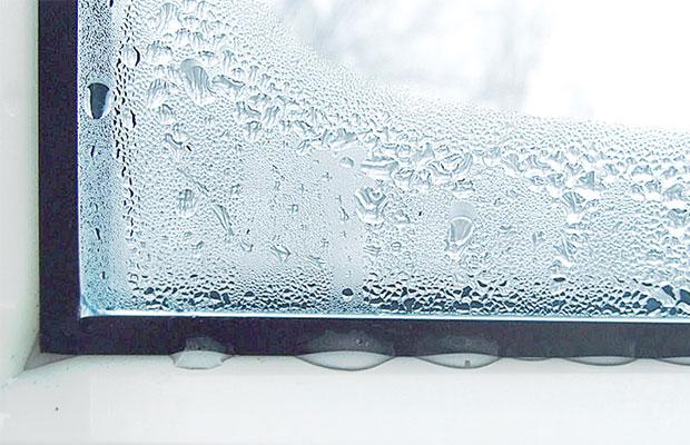 Почему на окнах образуется конденсат, когда они приоткрыты