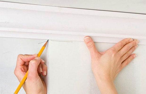 Особенности монтажа на стену – правильно повесить дома карниз