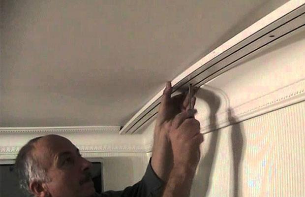 Правила монтажа перекладины для занавесок к потолку