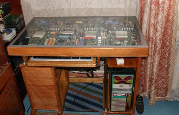Самодельный компьютерный стол может стать интересной деталью интерьера