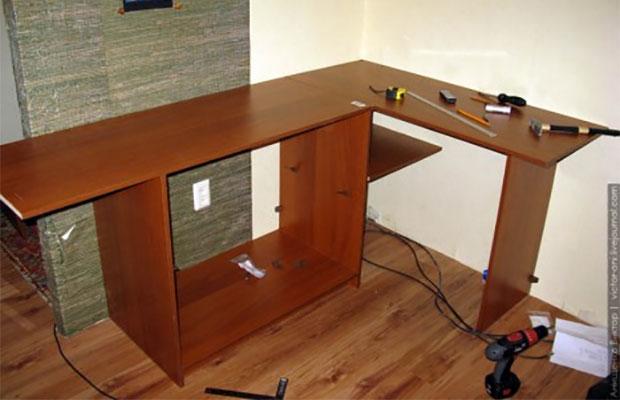 Угловой стол занимает меньше места