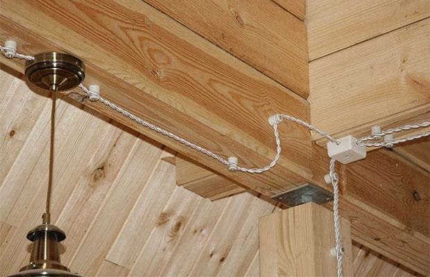В деревянном доме лучше выбрать открытый способ прокладки проводов
