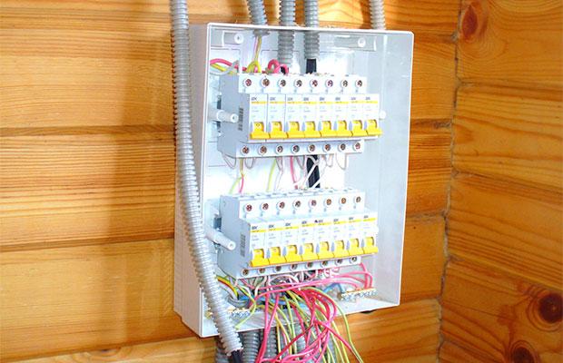 Сначала монтируется внешнее электрооборудование