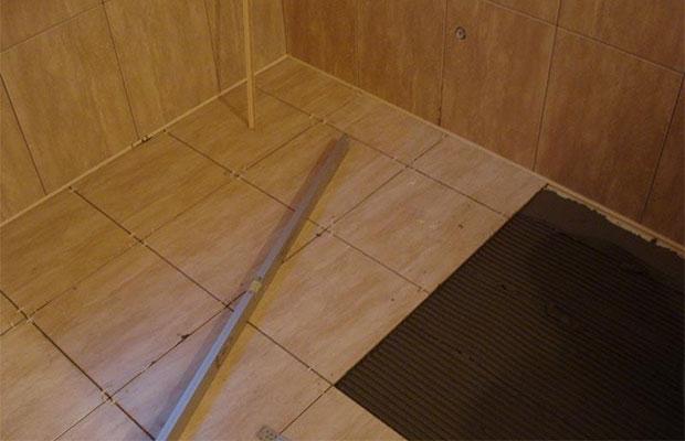 Если используется влагостойкая фанера и плитка уложена правильно, дополнительной гидроизоляции не требуется