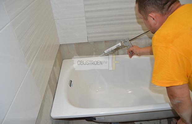 Заделываем щель между ванной и стеной