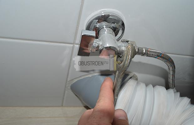 Подсоединение водяного шланга
