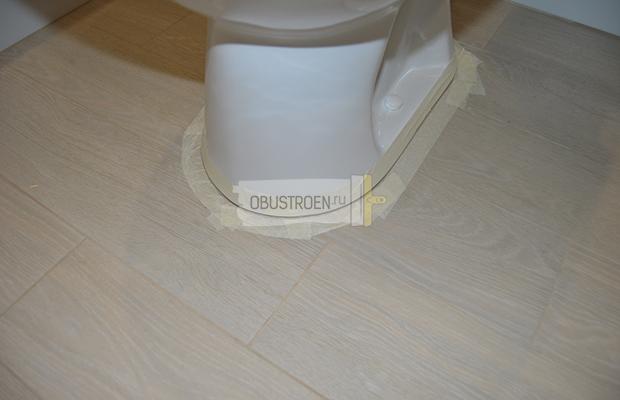 Подготовка к фиксации унитаза герметиком к полу