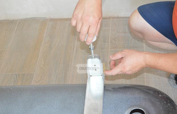 С помощью шпильки можно регулировать уровень ванны