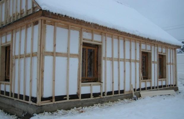 Стеновые поверхности снаружи чаще всего облицовываются пенополиуретановыми плитами
