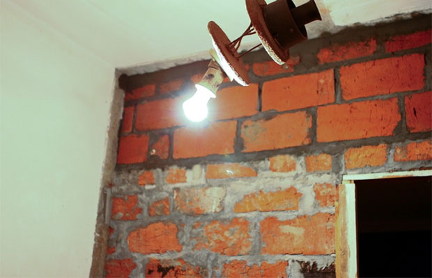 При установке тяжелой двери для уменьшения проема лучше использовать кирпичи