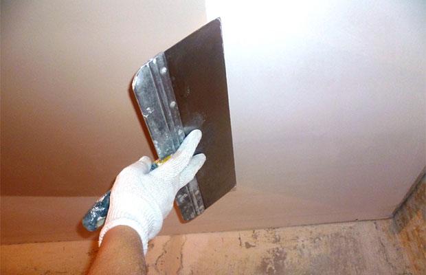 Перед покраской потолок необходимо выровнять