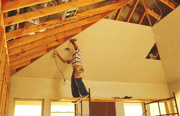 Начинать отделку следует с потолка