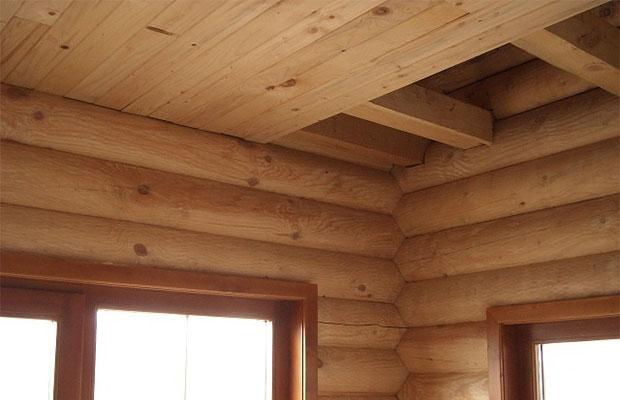Лучше всего отделывать потолок натуральными материалами