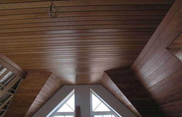 Деревянные рейки на потолке смотрятся эффектно