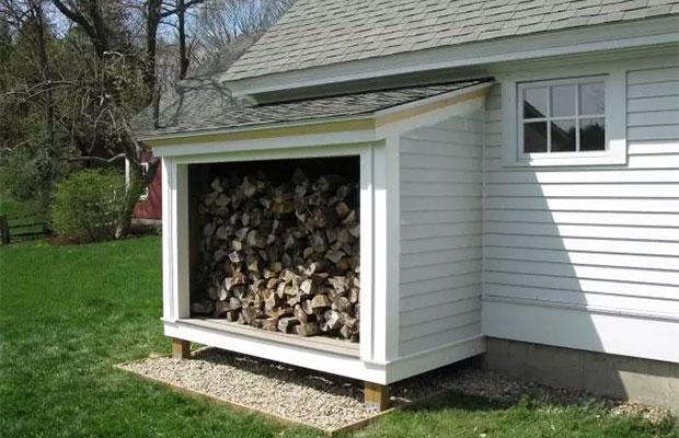 Желательно, чтобы хранилище для дров гармонично вписывалось в общую картину построек