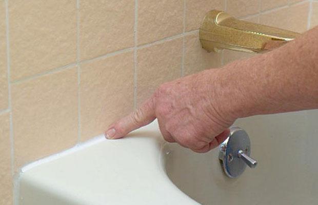 Затереть стык ванны и плитки лучше всего готовой пастой из водной дисперсии и полиуретановых смол