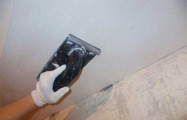 Шпаклевка позволит заделать стыки и полностью подготовить потолок к финальной отделке