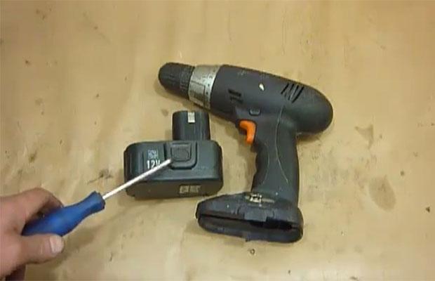 Аккумулятор можно переделать в блок питания, чтобы инструмент работал от сети