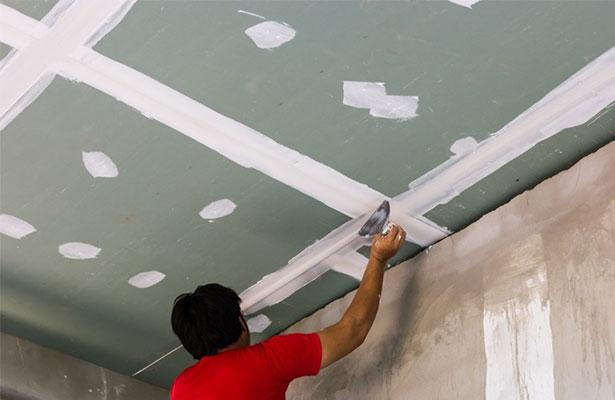 Шпатлевка наносится на шов узким шпателем так, чтобы место стыка не выделялось по сравнению с остальным потолком
