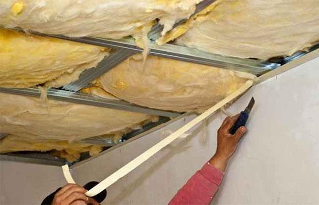 Для укладки минваты на потолок изнутри также нужно смонтировать обрешетку