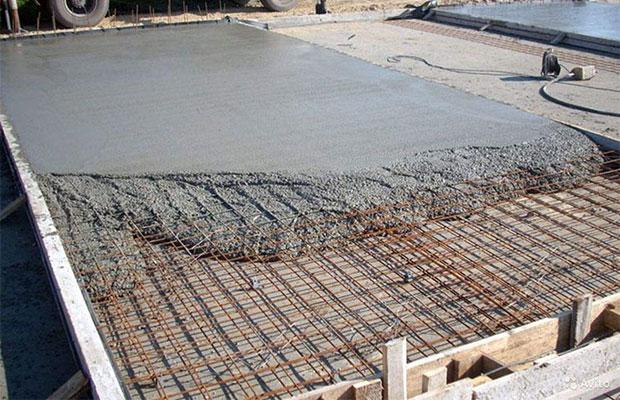 Для обустройства пола используется обычная бетонная стяжка
