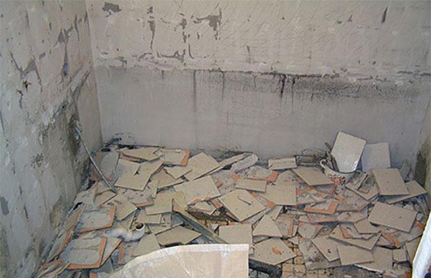 Первым делом стены очищаются от старого покрытия