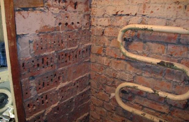 Если стены ванной неоднородны и имеют много дефектов, понадобится выравнивание под плитку