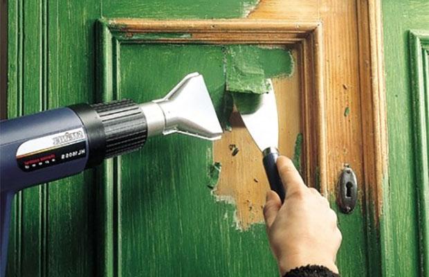 С помощью термопистолета легко снять краску или лак с поверхности, особенно с деревянной