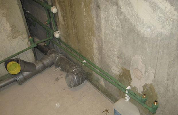Стены рекомендуется тщательно зачистить